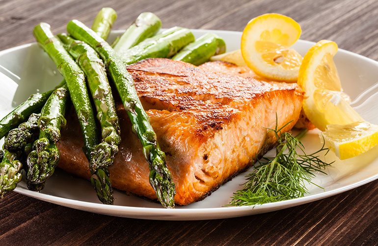 Grilled salmon with lemon and asparagus